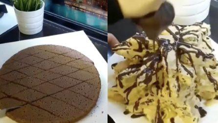 Divide la torta al cacao in tanti piccoli rombi: un dolce originale e deliziosa