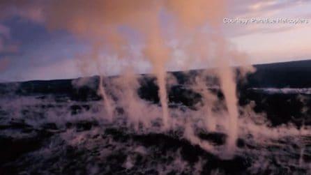 Vortici di cenere emergono dalla terra: il raro e spettacolare fenomeno alle Hawaii