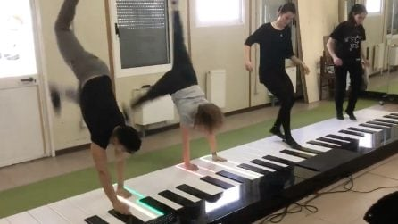 Suonano Despacito sul piano gigante: il loro talento vi lascerà a bocca aperta