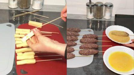 Infila il bastoncino nel formaggio e poi aggiunge la carne: un secondo piatto saporito e originale