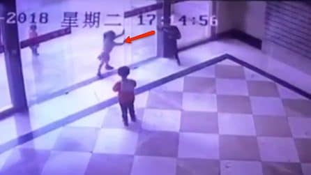 I bambini giocano vicino alla porta di vetro: ciò che accade è molto pericoloso