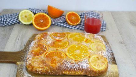 Torta all'arancia soffice: basta versare un bicchiere di succo nell'impasto!