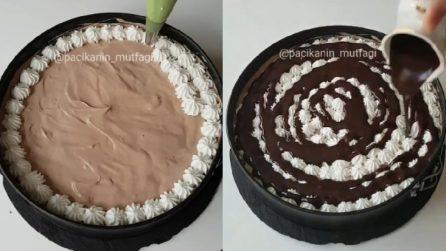 Ricopre la torta con la panna e poi aggiunge il cioccolato: un dessert che farà impazzire tutti