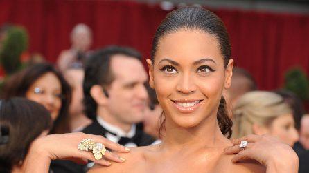 Coachella: Beyoncé cade sul palco mentre cerca di prendere in braccio la sorella Solange