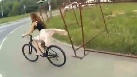 Resta impigliata mentre passeggia in bici: la ragazza resta senza gonna