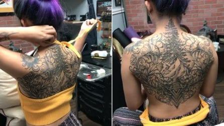 Un maxi-tatuaggio le copre la schiena, ma non è tutto: resta in topless e svela la sorpresa