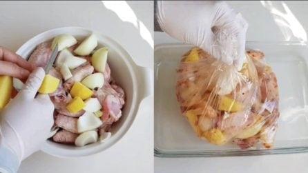 Condisce il pollo e poi mette tutto nel sacchetto: un metodo per ottenerlo più saporito