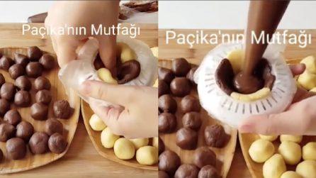 Mette i due tipi di frolla nello spremiagrumi, poi aggiunge il cioccolato: tutti impazziranno per questi biscotti