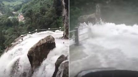 Una cascata lungo il percorso: i turisti affrontano la strada più pericolosa del mondo