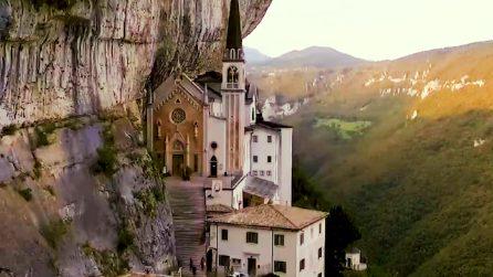 Sospeso tra cielo e terra: il Santuario della Madonna della Corona, una meraviglia tutta italiana