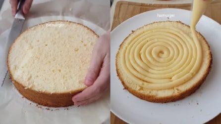 1cdcf922246 Taglia la torta e la farcisce con la crema  un dolce semplice ma buonissimo