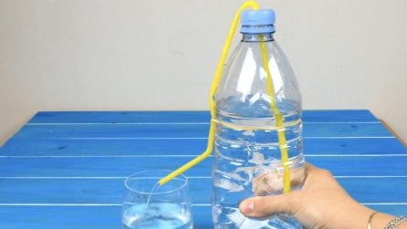 Mette una cannuccia nella bottiglia: il trucchetto da provare