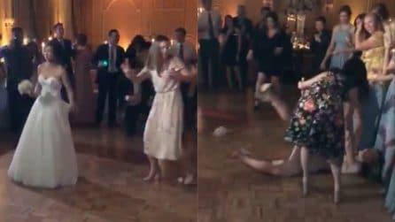 """""""Questo non l'avevamo previsto"""": la sposa lancia il bouquet ma accade qualcosa di imbarazzante"""