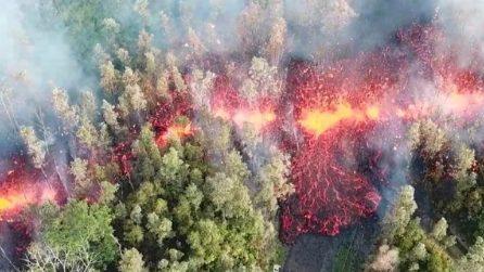 """Il terreno """"sputa"""" fuoco e brucia tutto: una scena apocalittica"""
