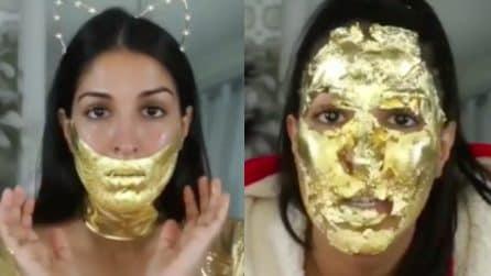 Applica una maschera d'oro sul viso: il trattamento di bellezza alternativo