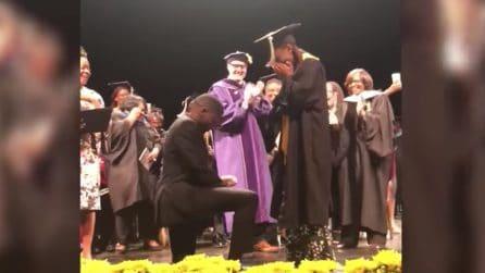 Una cerimonia di laurea indimenticabile: il ragazzo le chiede di sposarlo