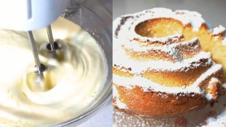 Aggiunge lo yogurt all'impasto e prepara una ciambella soffice e squisita