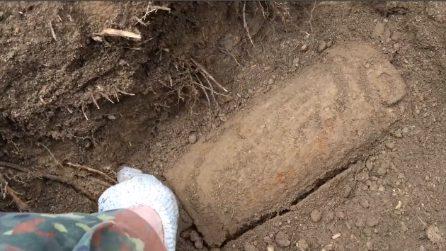 Sottoterra trova un contenitore della II guerra mondiale: lo apre e fa una scoperta mozzafiato