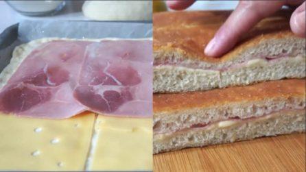 Farcisce l'impasto con formaggio e prosciutto: una focaccia che farà impazzire tutti