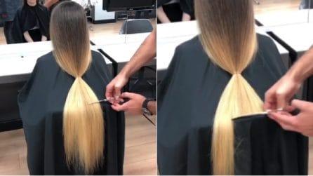 Non taglia i capelli da anni: in pochi minuti, il sorprendente cambio look