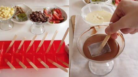 Immerge il cubetto di ghiaccio nel cioccolato e prepara buonissimi mini dessert