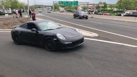 Porsche supera l'incrocio, ma qualcosa va storto