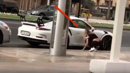 Gesto folle di una ragazza su una Porsche: ecco coma la riduce