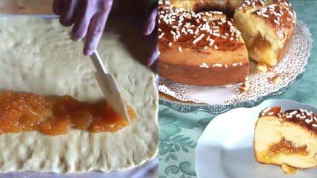 Farcisce l'impasto con la marmellata e prepara un ciambellone delizioso