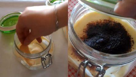 Mette tutti gli ingredienti in un barattolo e prepara un delizioso tiramisù