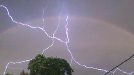 Fulmini e arcobaleno insieme: uno spettacolo unico