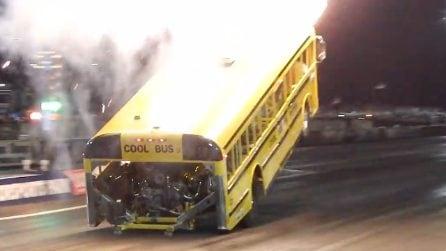 Incredibile partenza per questo scuolabus: impennata davvero pirotecnica