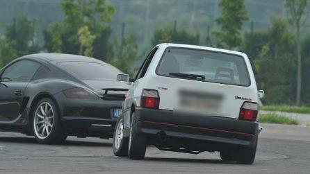 Fiat Uno vs Porsche Cayman: la mitica Uno riesce a superare la supercar in pista