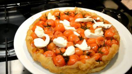 Tarte tatin con pomodorini caramellati: un piatto rustico e saporito