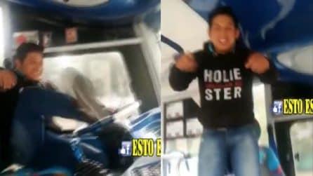 Balla e canta mentre è alla guida dell'autobus: il motivo di questo comportamento è inimmaginabile