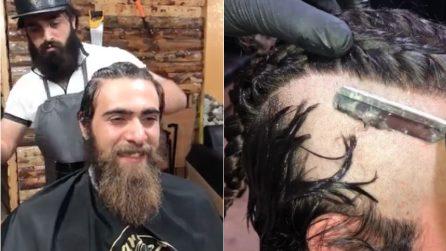 """Non taglia barba e capelli da anni: il barbiere realizza un look molto """"particolare"""""""
