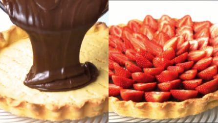 Versa la crema al cioccolato sulla frolla e poi la ricopre di fragole: un dolce golosissimo