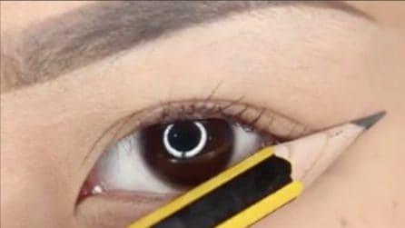 Avvicina la punta della matita all'occhio: il trucchetto per un make up perfetto