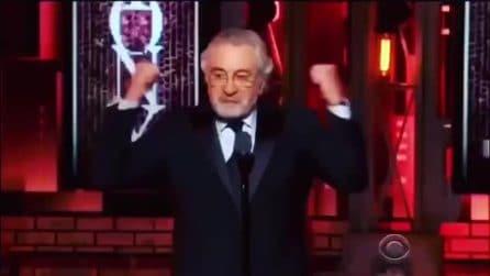 """""""Trump fott**i"""", Robert De Niro sale sul palco e insulta il Presidente USA"""