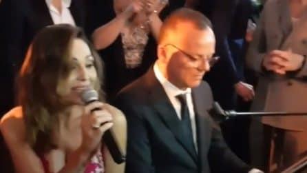 Anna Tatangelo e Gigi D'Alessio cantano insieme al matrimonio della nipote del cantante