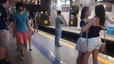 """""""Che esempio date ai bambini?"""", il post sulle due ragazze in metro lascia tutti increduli"""