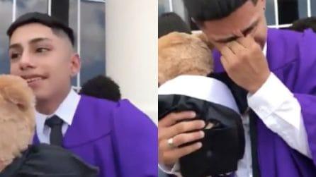 Ha perso i genitori e non può condividere con loro la sua laurea: la toccante sorpresa dei fratelli