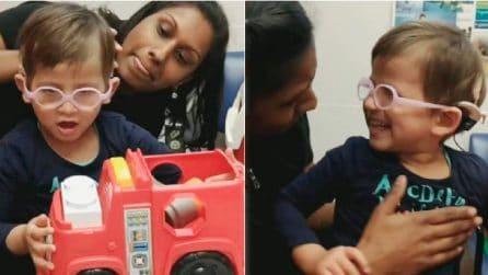 Sente la voce della sua mamma per la prima volta: le parole della piccola sono commoventi