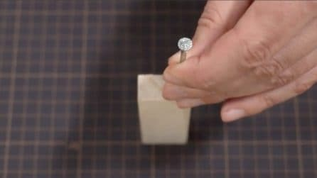 Come togliere il tappo senza avere un apribottiglie: l'idea geniale