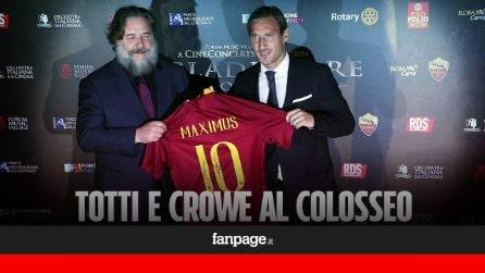 Russell Crowe al Colosseo per il concerto de 'Il Gladiatore: Totti gli regala la maglia della Roma