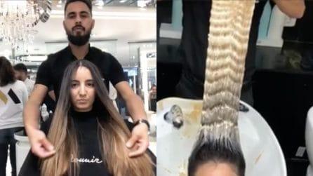 Ha dei capelli lunghissimi ma spenti: l'hair stylist li rende stupendi