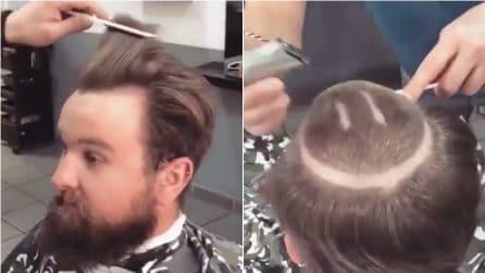 """Va dal barbiere per trasformare il suo look: si ritrova con un taglio """"particolare"""""""