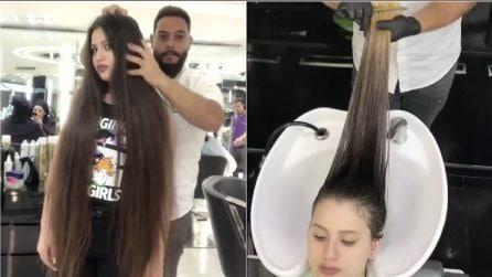 La ragazza tinge i suoi lunghissimi capelli per la prima volta: la trasformazione è sorprendente