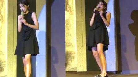 Ragazza sale sul palco ed inizia a cantare: il pubblico rimane spiazzato