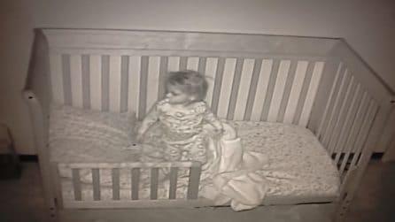 Per la prima volta la bimba non dorme nella culla: le telecamere riprendono quello che succede di notte
