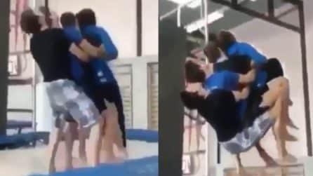 Si abbracciano e saltano sul tappeto elastico: ciò che riescono a fare è pazzesco